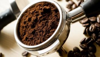 Devo utilizar café em grão recém-moído ou café comprado já moído?